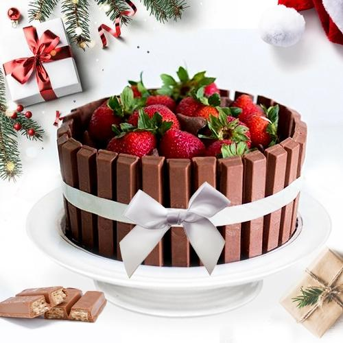 Irresistible KitKat Strawberry Cake for Christmas
