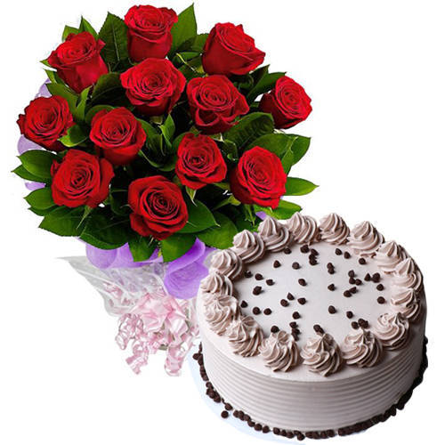 Delicious Coffee Cake with Red Roses Bouquet