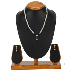 Fashionable Pearl Pendant Set with Earrings